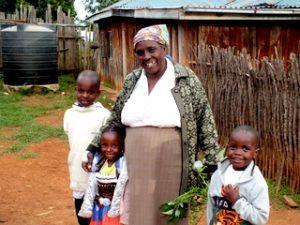 """Cécilia Mwangi leader du """"Kite Women Group """"du village de Kite avec ses petits enfants"""